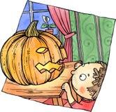 Маленький ребенок смотрит тыкву хеллоуина Стоковые Изображения RF