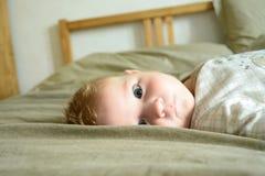 Маленький ребенок с умышленным взглядом стоковое фото rf