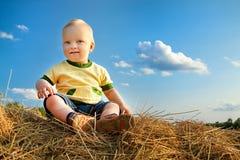 Маленький ребенок усмехаясь против голубого неба Стоковые Фото