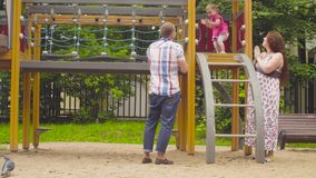 Маленький ребёнок взбираясь на лестнице сток-видео