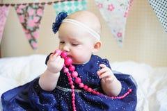 Маленький ребёнок в голубом платье с розовыми шариками Стоковое Изображение RF