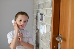 Маленький ребёнок говоря на внутренной связи Стоковая Фотография
