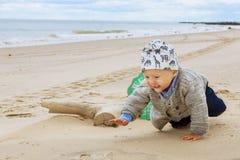 Маленький ребёнок на пляже, играя стоковое фото rf
