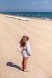 Маленький ребёнок на пляже Стоковое Изображение