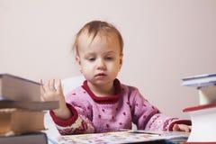 Маленький ребёнок читая книгу & x28; развитие, education& x29; стоковые изображения
