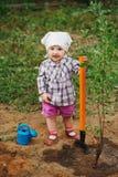 Маленький смешной мальчик с лопаткоулавливателем в саде Стоковые Изображения RF