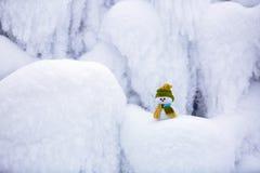Маленький снеговик в шляпе и шарфе Стоковые Изображения