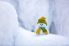 Маленький снеговик в шляпе и шарфе Стоковое Изображение RF