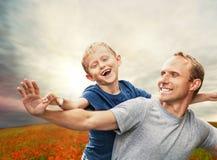 Маленький сын с отцом на маках field Стоковая Фотография RF