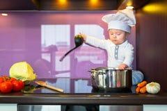 Маленький шеф-повар варя в кухне Стоковое Изображение RF