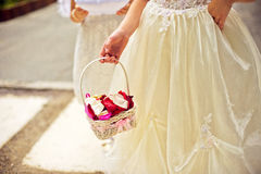Маленький bridesmaid с корзиной Стоковое фото RF