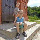 Маленький brotherssitting 2 в парке лета Стоковые Фотографии RF