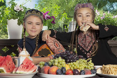2 маленьких азиатских девушки имеют завтрак Стоковое фото RF