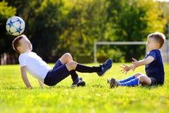 2 маленьких брать имея потеху играя с шариком Стоковое Фото