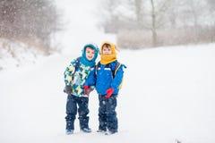 2 маленьких дет, братья мальчика с рюкзаками в парке Стоковые Фотографии RF