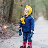 2 маленьких дет держа горящий бенгальский огонь Стоковые Изображения RF