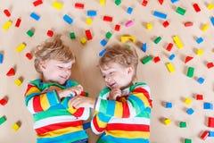 2 маленьких дет играя с красочное деревянным Стоковое фото RF