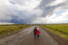 2 маленьких дет мальчик и девушка идя на дорогу Стоковое Изображение RF