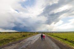 2 маленьких дет мальчик и девушка идя на дорогу Стоковое фото RF