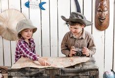2 маленьких дет наблюдая карту Стоковые Фотографии RF