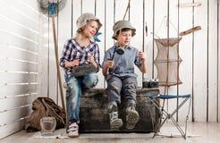2 маленьких дет на комоде подготавливают приманку на штанге Стоковая Фотография RF