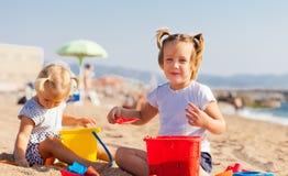 2 маленьких дет на пляже Стоковые Фотографии RF