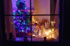 2 маленьких дет сидя камином дома Стоковое Изображение