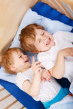 2 маленьких мальчика малыша имея потеху и бой Стоковые Фотографии RF