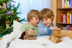 2 маленьких мальчика отпрыска играя игрушки на рождестве Стоковое Изображение