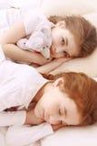 2 маленьких милых спать девушки Стоковая Фотография RF