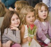 3 маленьких разнообразных девушки на вечеринке по случаю дня рождения Стоковое Изображение