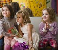 3 маленьких разнообразных девушки на вечеринке по случаю дня рождения Стоковое Изображение RF