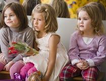 3 маленьких разнообразных девушки на вечеринке по случаю дня рождения имея потеху Стоковое Фото