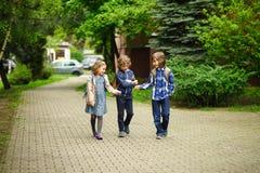 3 маленьких друз идут к школе Стоковое Изображение RF