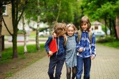 3 маленьких друз идут к школе Стоковая Фотография RF