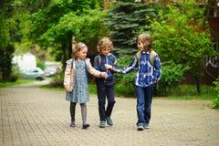 3 маленьких друз идут к школе Стоковые Фото