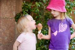 2 маленьких сестры есть мороженое Стоковые Изображения RF