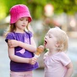 2 маленьких сестры есть мороженое Стоковые Изображения