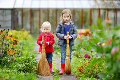 2 маленьких сестры имея потеху в саде Стоковое Фото