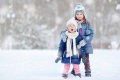 2 маленьких сестры имея потеху на зиме Стоковая Фотография RF