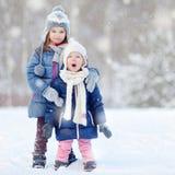 2 маленьких сестры имея потеху на зиме Стоковые Фото