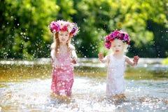 2 маленьких сестры имея потеху рекой Стоковые Фото