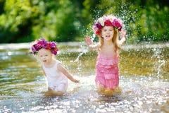 2 маленьких сестры имея потеху рекой Стоковое Изображение