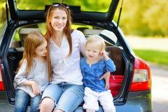 2 маленьких сестры и их мать в автомобиле Стоковое Фото