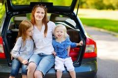 2 маленьких сестры и их мать в автомобиле Стоковое Изображение