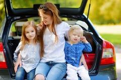 2 маленьких сестры и их мать в автомобиле Стоковые Изображения RF