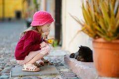 2 маленьких сестры и кот outdoors Стоковое Изображение RF