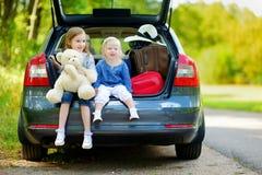 2 маленьких сестры идя к каникулам автомобиля Стоковая Фотография RF