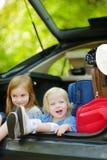 2 маленьких сестры идя к каникулам автомобиля Стоковые Фото