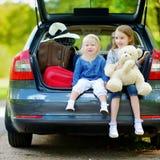 2 маленьких сестры идя к каникулам автомобиля Стоковая Фотография